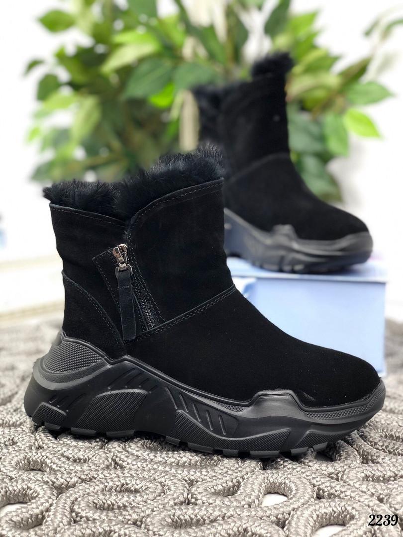 Зимние ботинки с опушкой на черной подошве натуральная замша