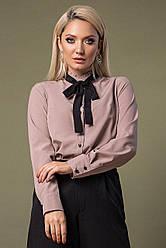Темно-бежевая блузка с черным галстуком