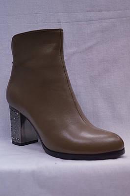 Бежевые  кожанные  ботинки MALROSTTI с металлическими вставками на каблуке и замшевой вставкой сзади