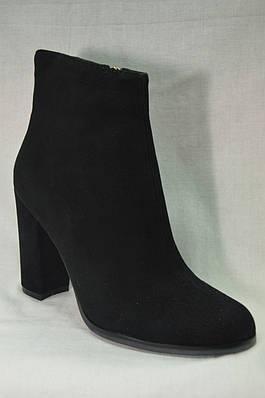 Черные замшевые  ботинки MALROSTTI с металлической вставкой на каблуке