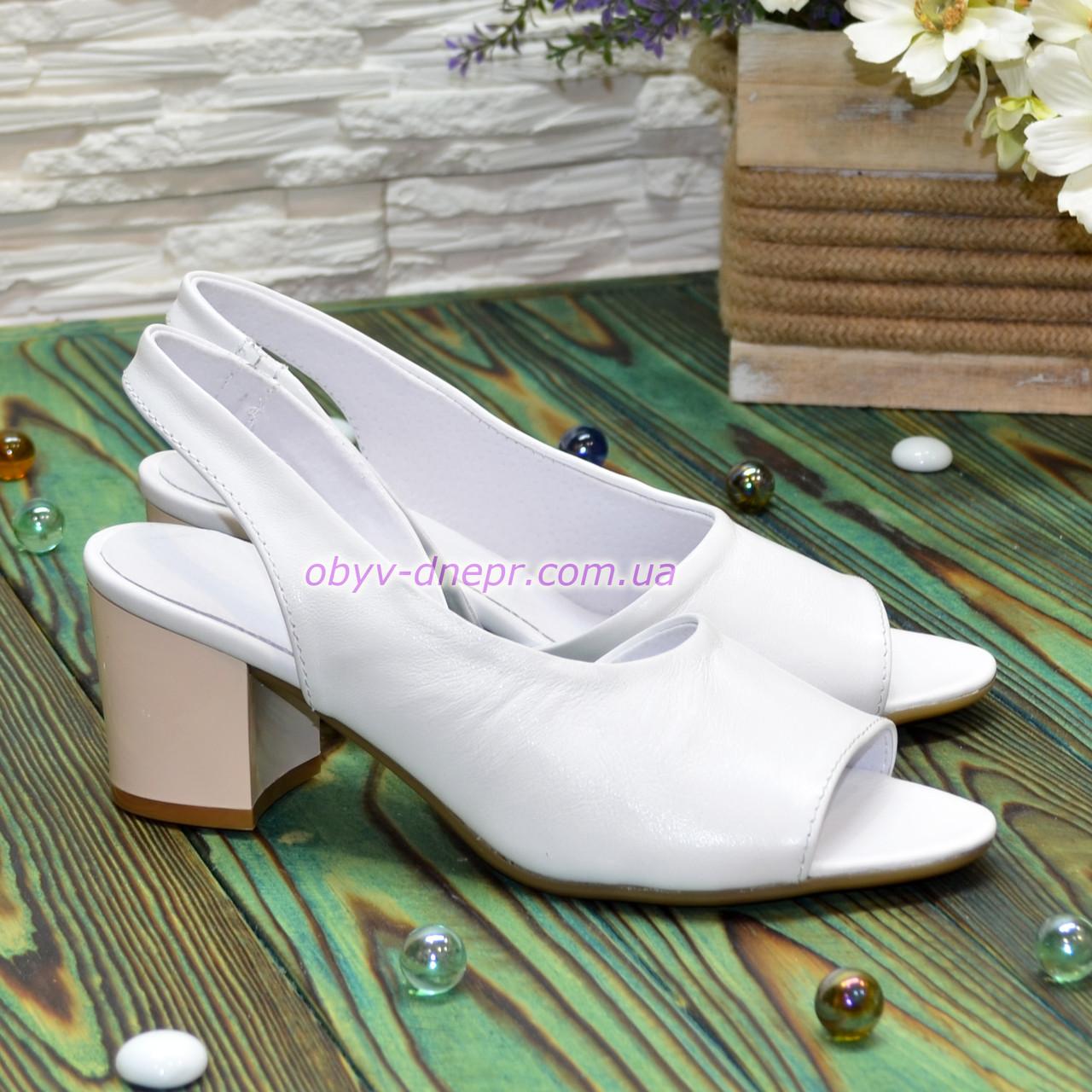 Женские кожаные босоножки на невысоком каблуке, цвет белый