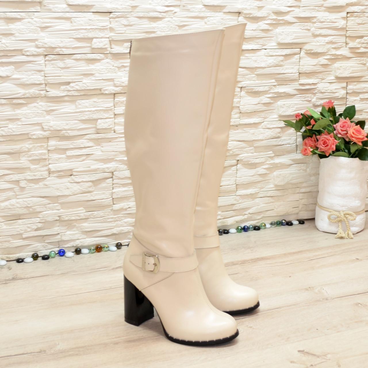 Высокие бежевые кожаные сапоги на устойчивом каблуке