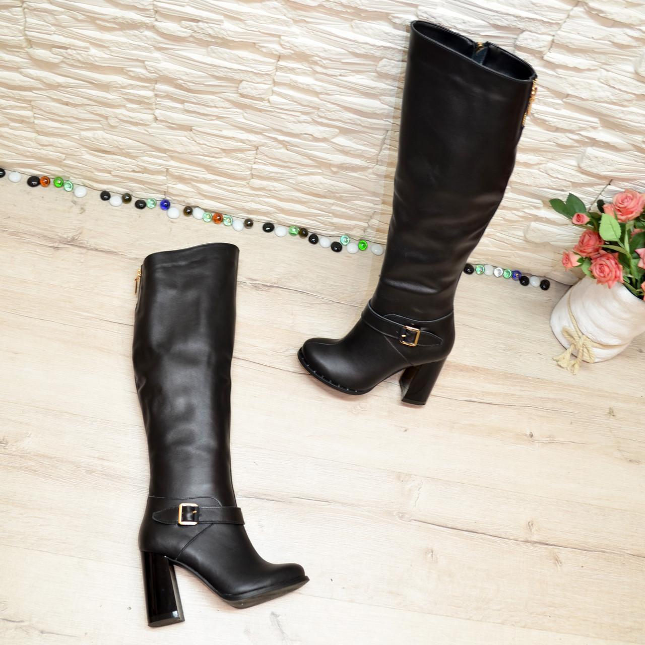 Высокие черные кожаные сапоги на устойчивом каблуке