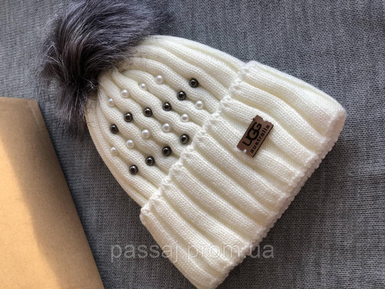 Белая шапка перламутр на флисовой подкладке теплая с помпоном