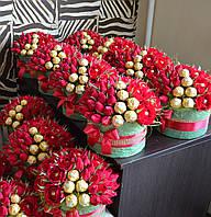 Корпоративный букет на 8 марта сотрудницам из роз и конфет