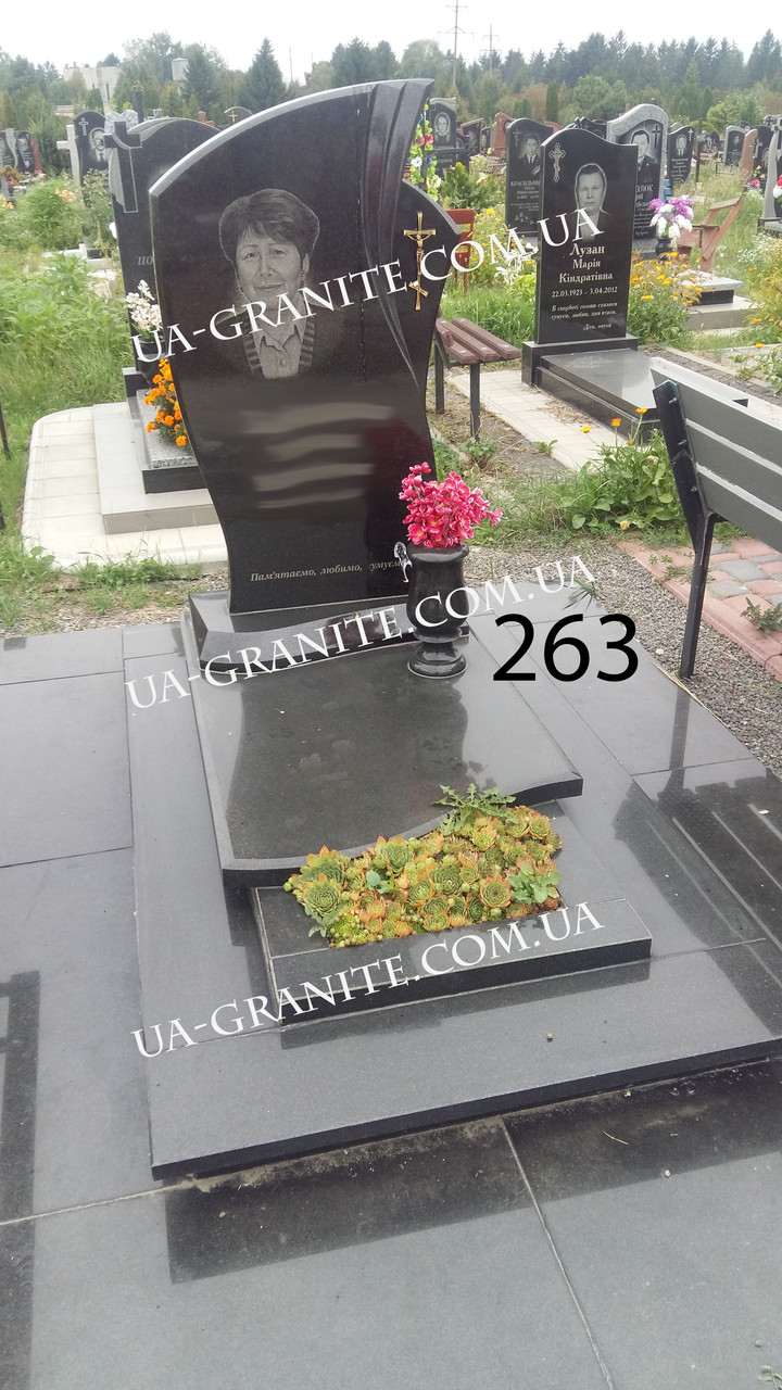 Комплекс памятник из черного гранита закрыт цветник