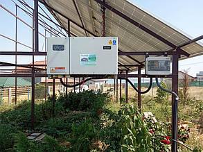 Обладнання (мереживий інвертор та шафа захисту), навішені на бокових планках ферми.