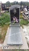 Надгробный памятник из серого гранита на кладбище
