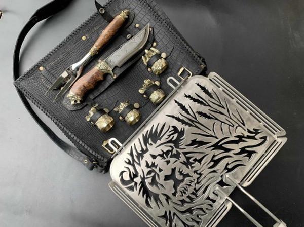 """Эксклюзивный набор для барбекю ручной работы """"Лев"""" (решетка, вилка, чарки, нож), в чехле из натуральной кожи"""