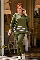 Спортивный оригинальный женский костюм зеленого и черного цвета с полосками.