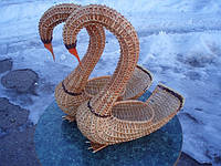 Подставка — лебедь, плетенная из лозы