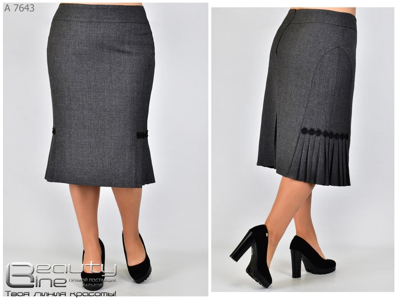 Женская юбка  с вставкой из гофре в деловом стиле серого цвета батал с 50 по 58 размер