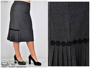 Женская юбка  с вставкой из гофре в деловом стиле серого цвета батал с 50 по 58 размер, фото 2
