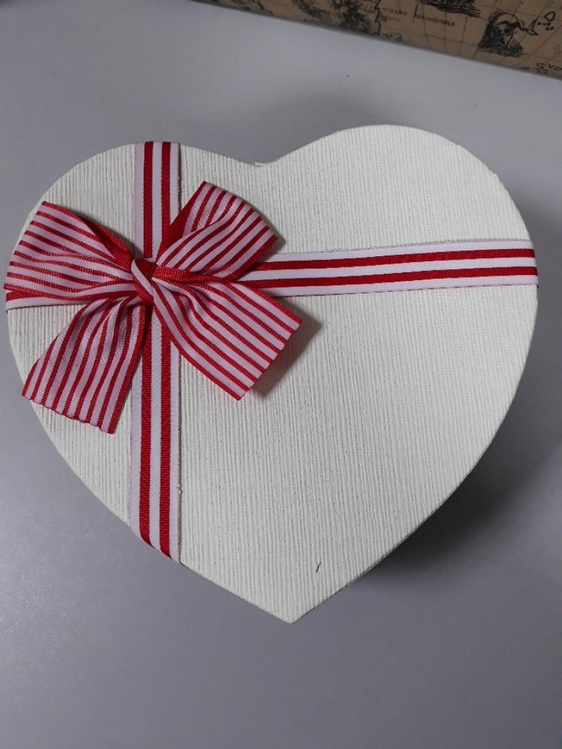 Подарочная коробочка в форме сердца с бантом в красную полоску 21.5 см