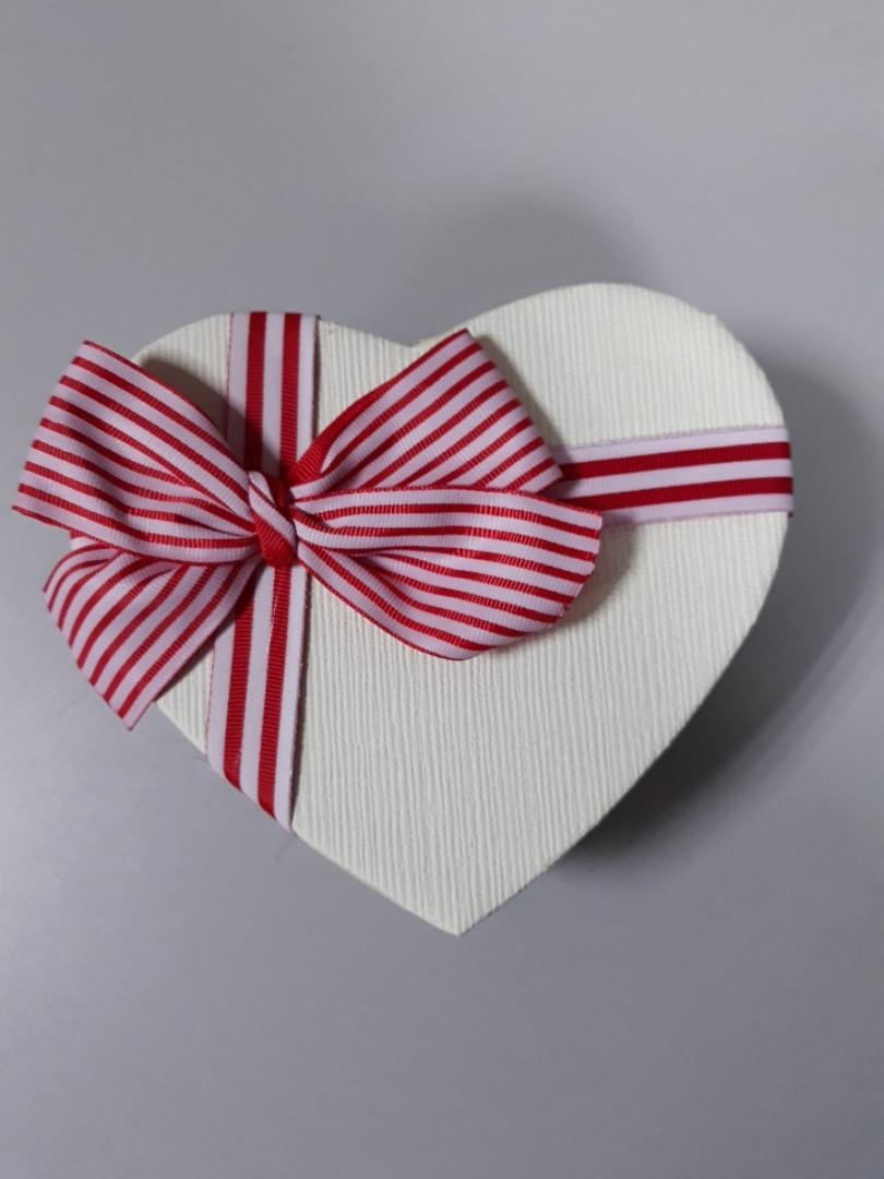 Подарочная коробочка в форме сердца с бантом в красную полоску 15.5 см