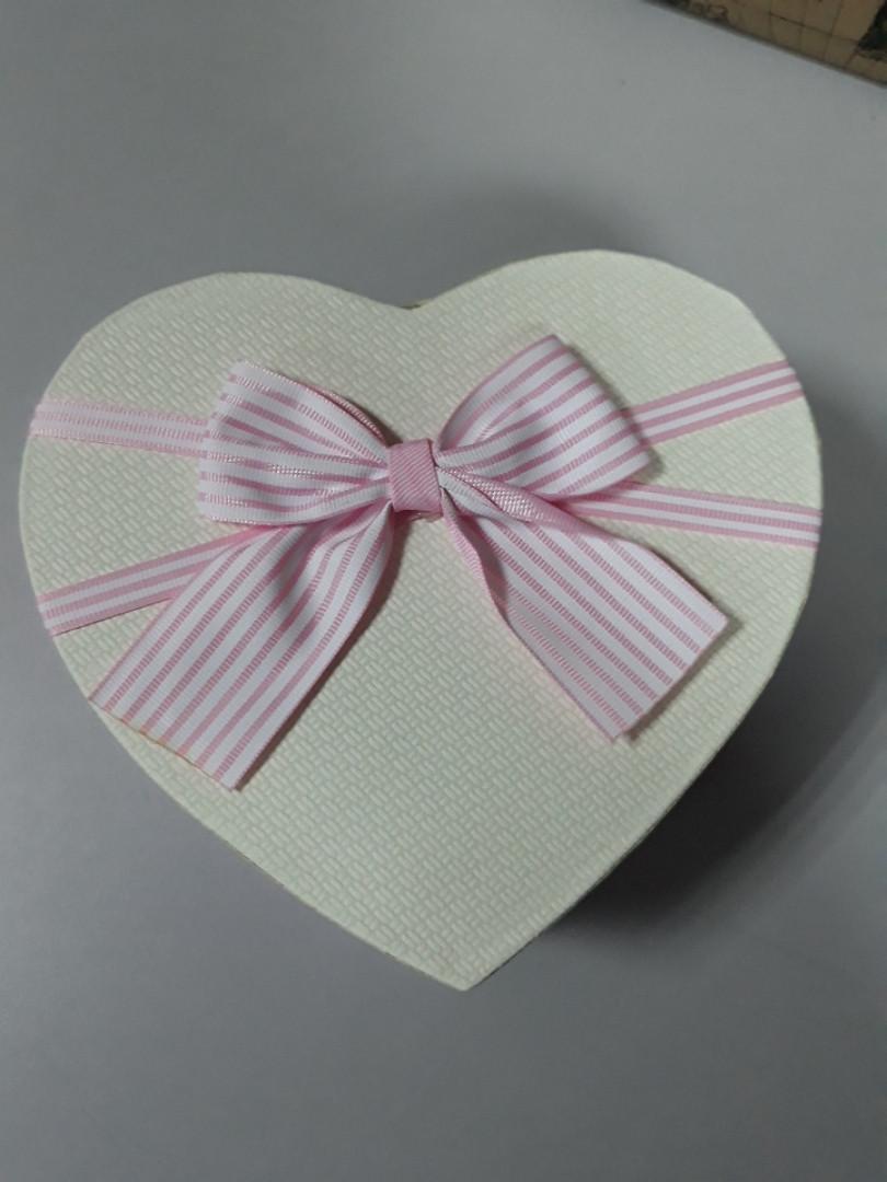 Подарочная коробочка в форме сердца розовая коробка белая крышка с бантом 18.5 см