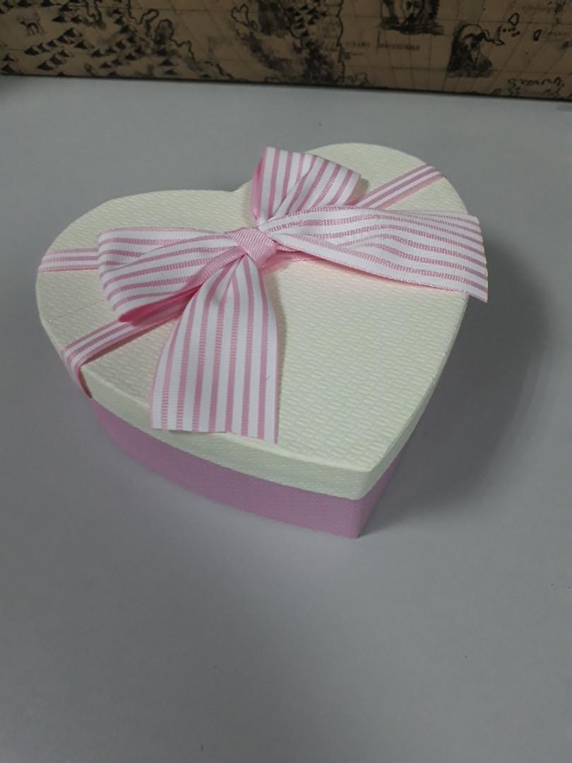 Подарочная коробочка в форме сердца розовая коробка белая крышка с бантом 15.5 см