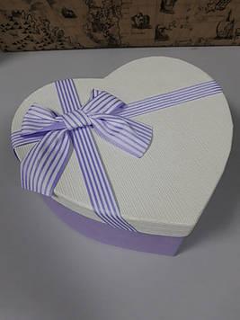 Подарочная коробочка в форме сердца  сиренево белая с бантиком 21.5 см
