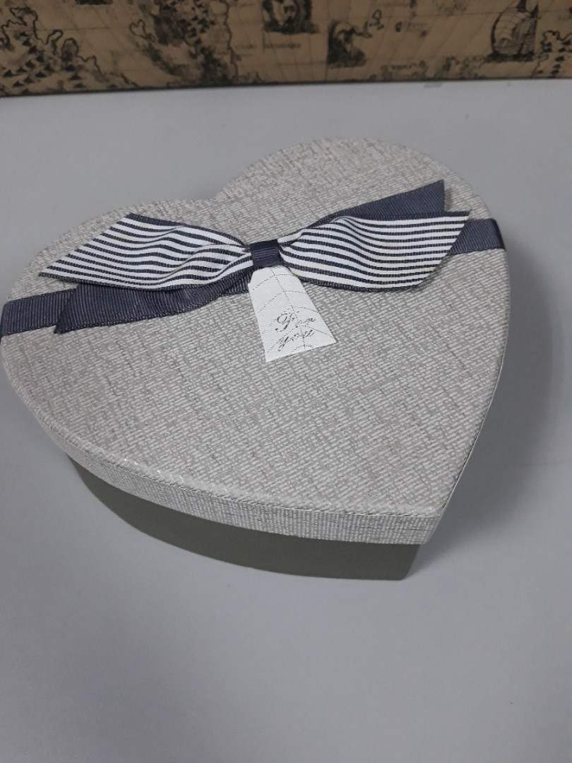 Подарочная коробочка в форме сердца серая с бантом 19 см