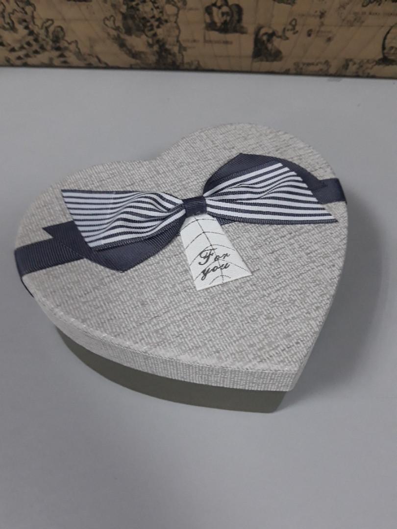 Подарочная коробочка в форме сердца серая с бантом 15.5 см