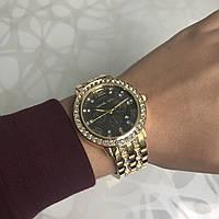 Женские наручные часы металлические с датой в стиле майкл корс с камнями золотистые