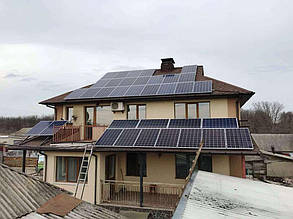 Готові фотоелектричні масиви головної будівлі.