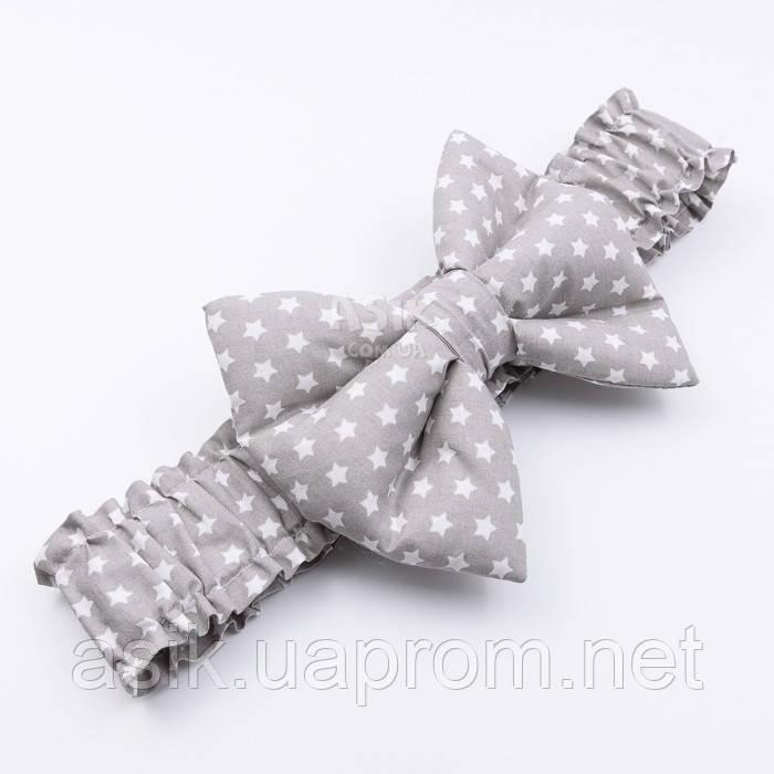 Гумка з бантом для конверта на виписку з пологового будинку, з бавовни (сіра з білими зірками)