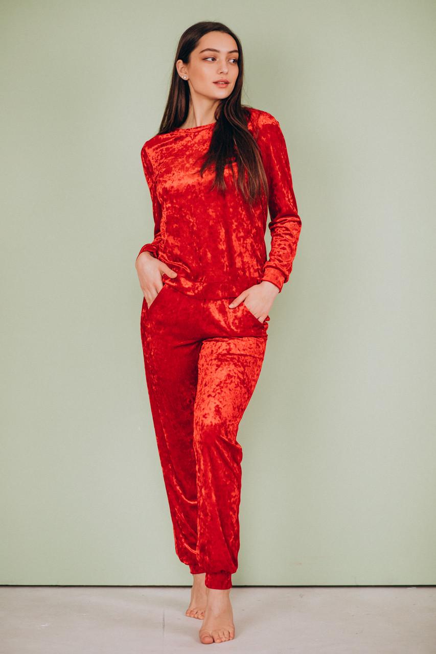 Красный велюровый костюм: брюки и свитер