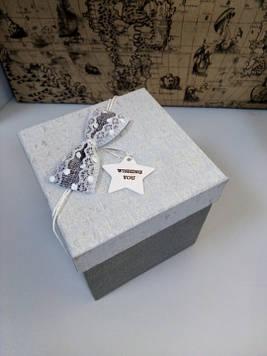 Коробочка подарочная квадратная серая высота 12.5 см