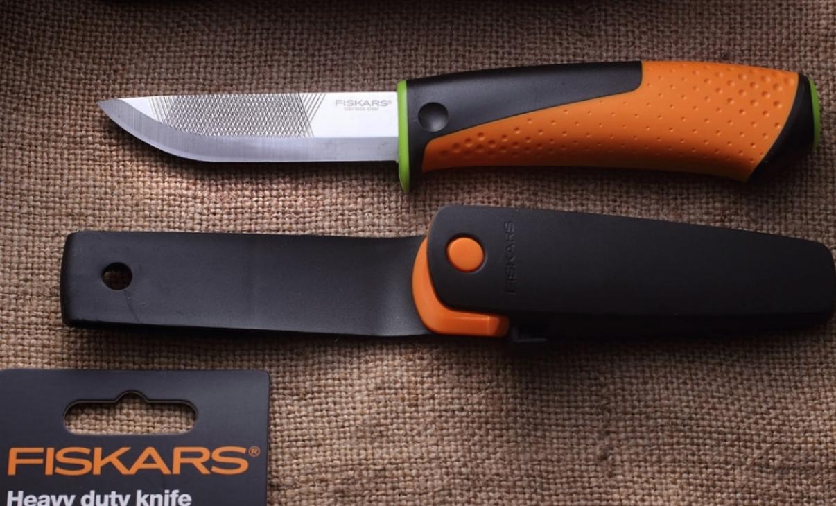 Нож общего назначения Fiskars для тяжелых работ с точилкой (1023619)