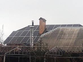 Масив, що складається з 30 сонячних модулів, знаходиться на даху двоповерхового будинку.
