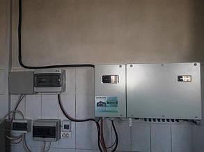 """Мережевий інвертор """"Хуавей"""" та шафи захисту по змінному і постійному струму навісили на стіні в будинку."""