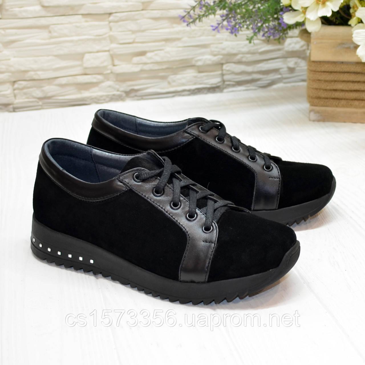 Женские замшевые кроссовки черного цвета, декорированы кожаными вставками