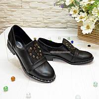Женские кожаные туфли на низком ходу, декорированы фурнитурой. 38 размер