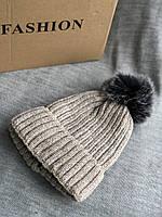 Бежевая с люриксом шапка на флисовой подкладке теплая с помпоном