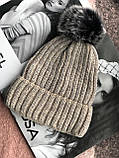 Бежевая с люриксом шапка на флисовой подкладке теплая с помпоном, фото 6