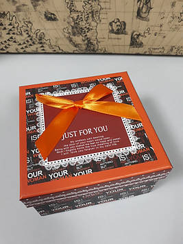 Подарочная коробочка квадратная с надписями 13 см
