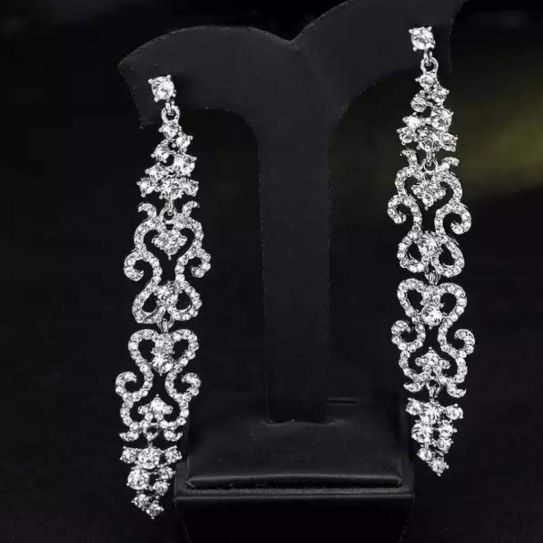 Великолепные серебряные серьги со стразами белыми камнями горный хрусталь, для торжественного мероприятия