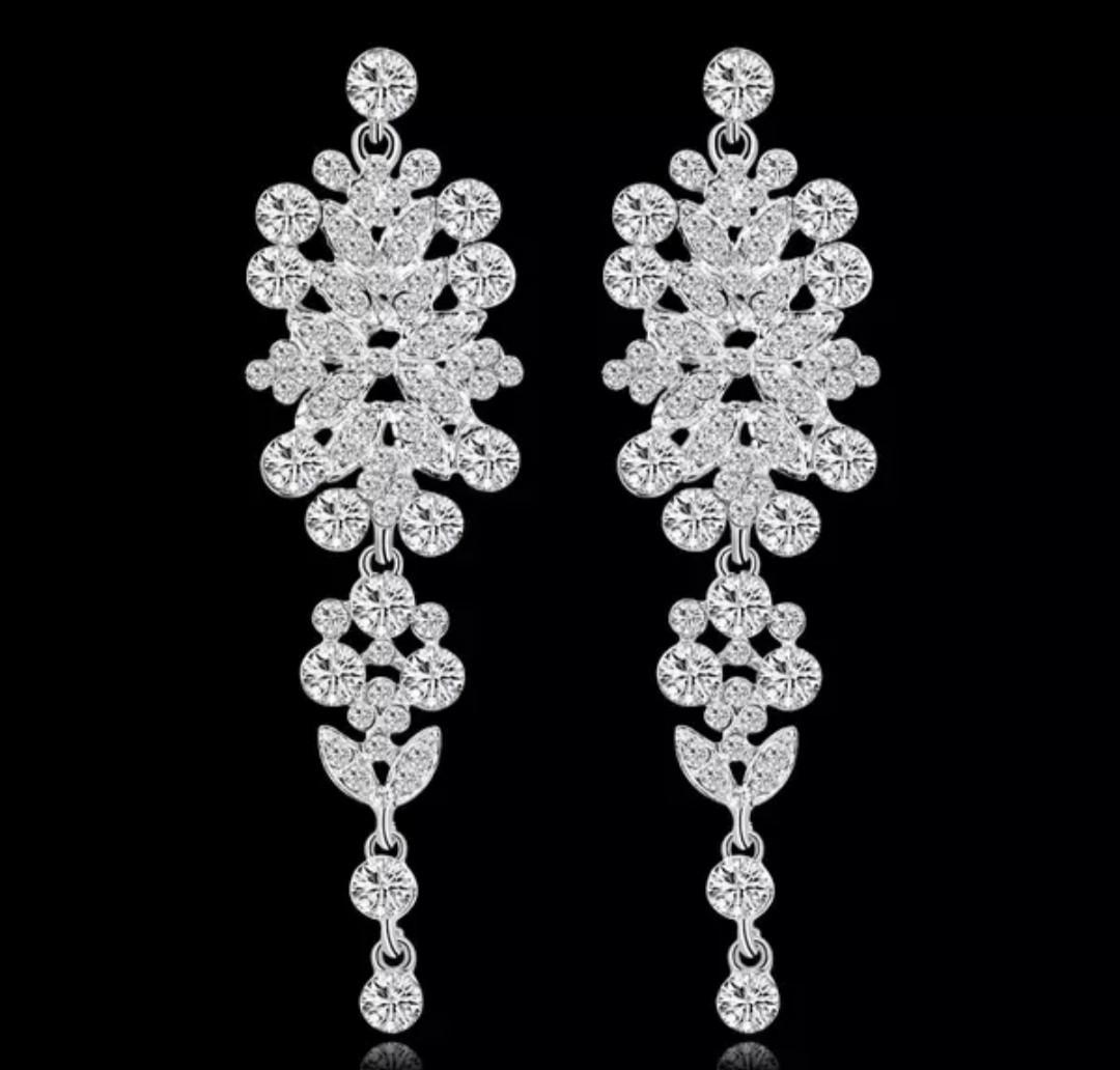 Элегантные праздничные серебряные серьги с белыми камнями горный хрусталь