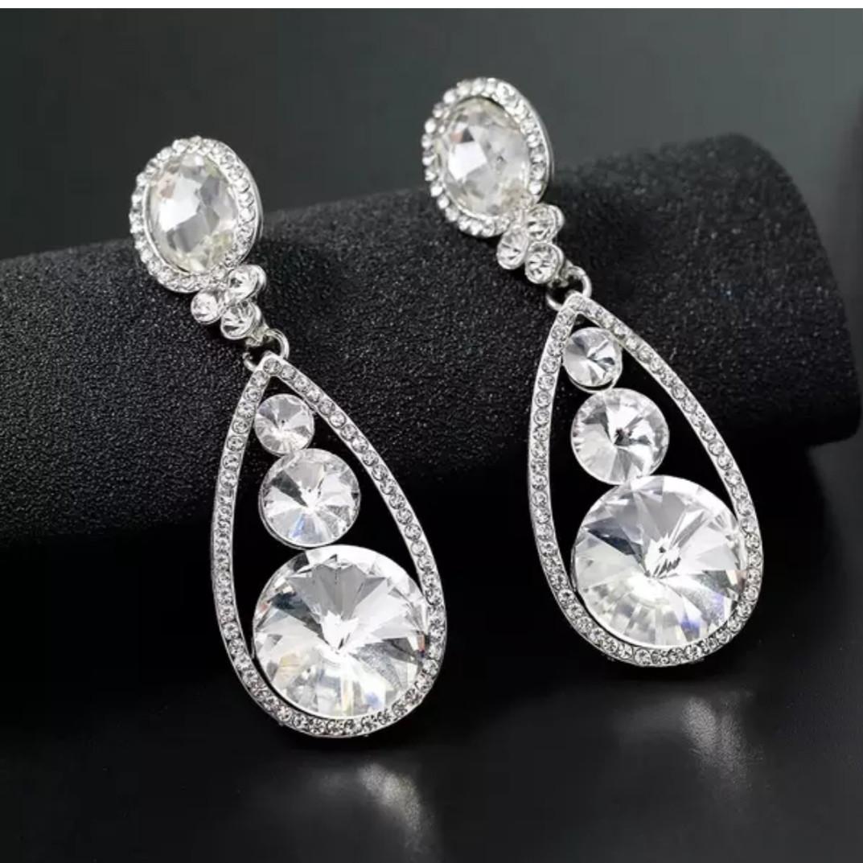 Шикарные серебрянные вечерние серьги с белыми камнями горный хрусталь для торжества