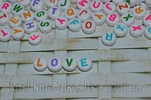 Бусина  белая с цветными буквами круглая. английский алфавит