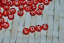 Бусина  красная с белыми буквами круглая. английский алфавит