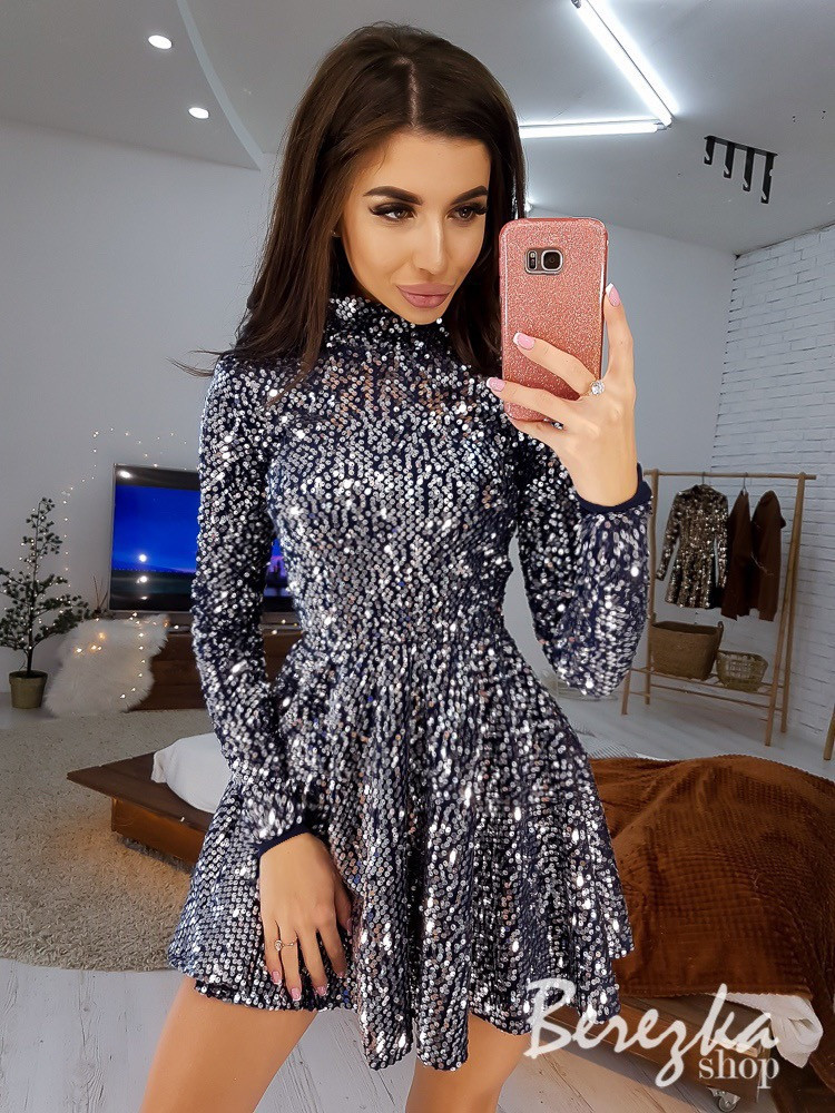 Платье из пайеток с расклешенной юбкой и высоким горлом 66py386E