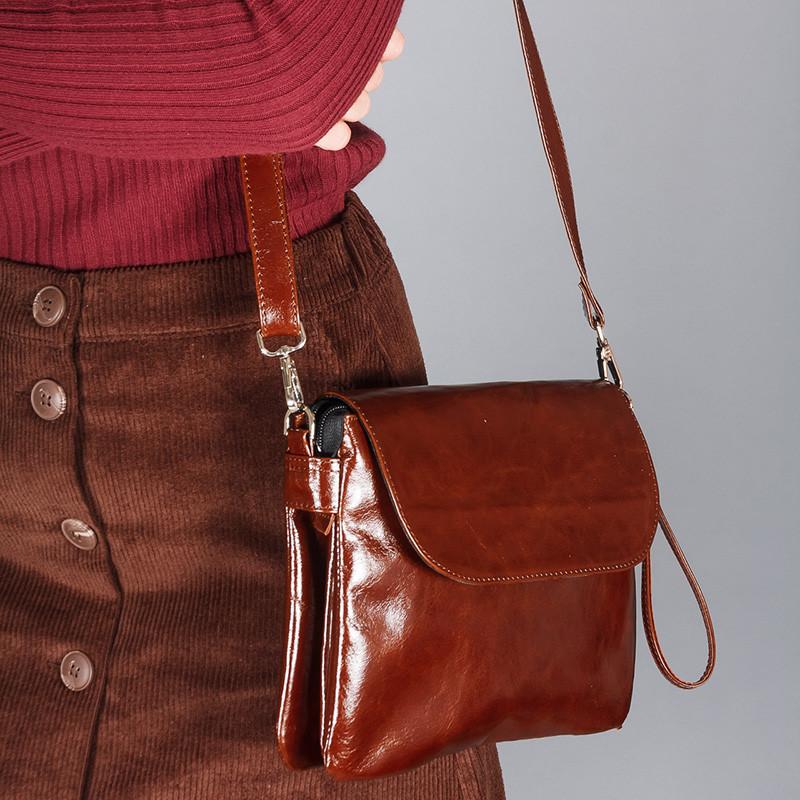 Женская сумка из коньячной кожи на плечевом ремне. Ручка-петля