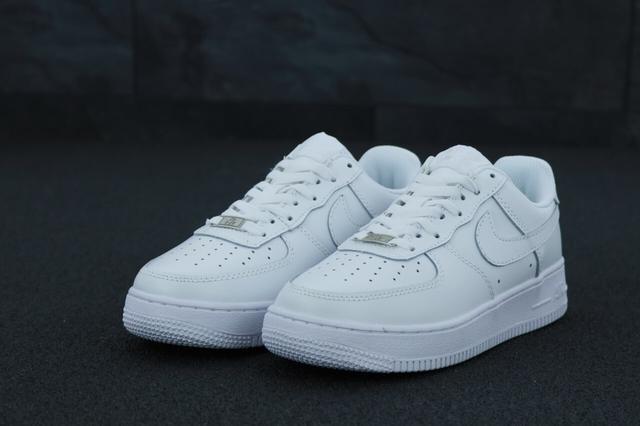 Белые мужские кроссовки Найк Аир Форс фото