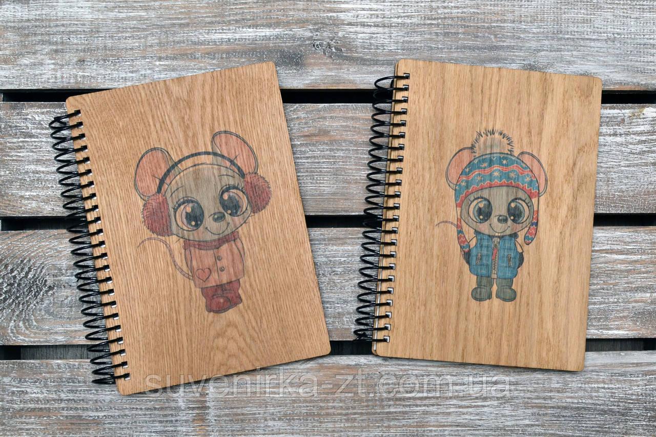 Блокноты с деревянной обложкой. Формат А5. Сменный блок. Мышки 2020 (А00421)