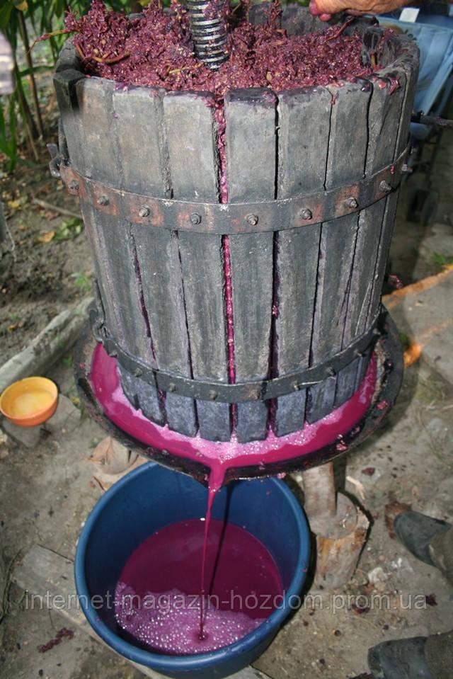 Пресс для винограда в работе