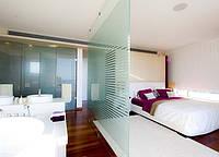 Перегородка из стекла в спальне с матовыми полосами