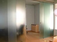 4 Офисная раздвижная перегородка из матового каленного стекла с двумя дверьми.