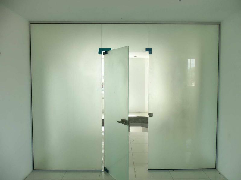 Стеклянная перегородка в офисе из белого матового каленного стекла толщиной 10 мм